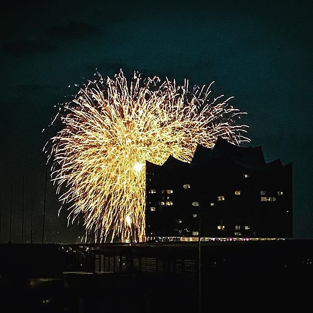 #hamburg #elbphilharmonie #elbphilharmonie #elbe #hamburg #portofhamburg #hamburgport #hafengeburtstag #hafencity #feuerwerk
